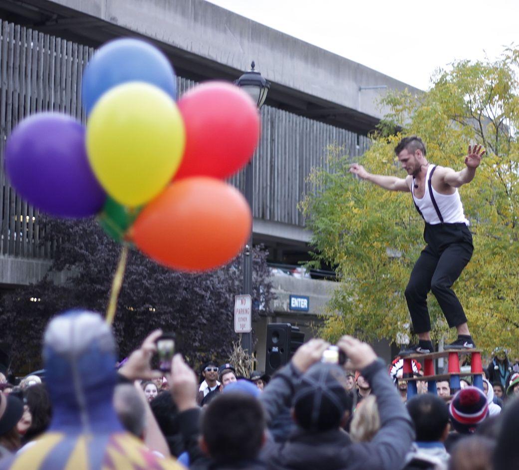 salem halloween october 31 2014 street performer man with balloons