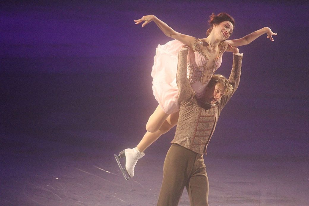 providence dunkin donuts center stars on ice march 14 charlie white meryl davis lift 2