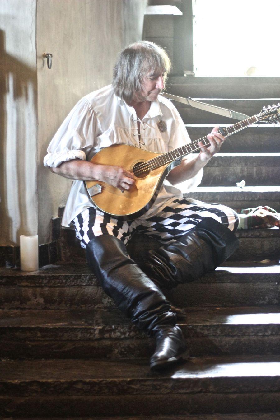 gloucester hammond castle renaissance fair man playing the guitar