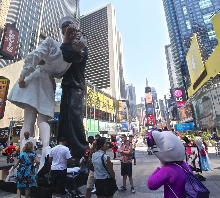 new york city times square statue unconditional surrender